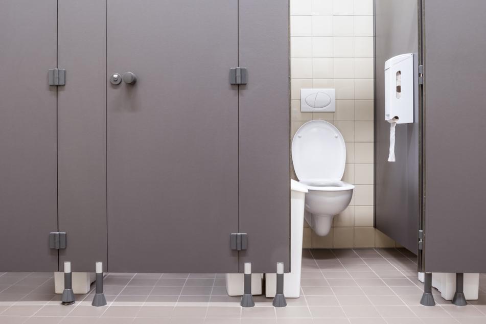 71.000 Videos! Frauen heimlich auf öffentlichem WC gefilmt