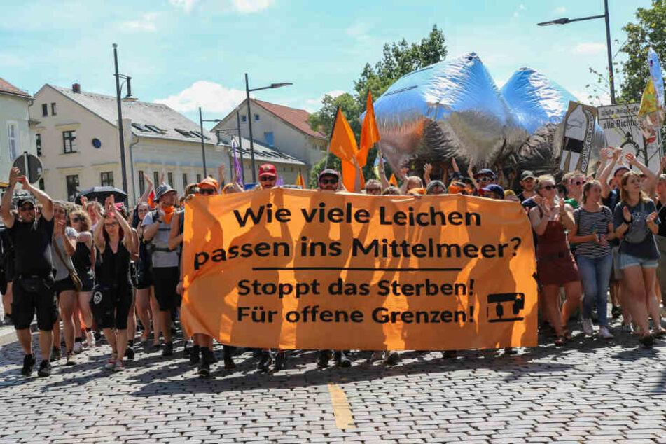 """Aufmarsch der rechten """"Identitäten Bewegung"""" in Halle stößt auf großen Protest"""