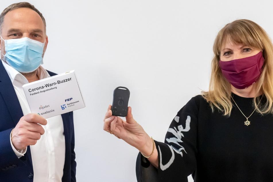 Warn-Buzzer: Gesundheitsministerin Petra Köpping (62) und Augustusburgs Bürgermeister Dirk Neubauer (50, beide SPD) mit dem kleinen Helfer.