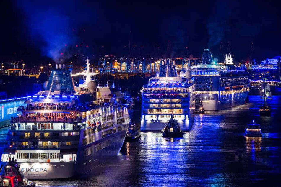"""Die Kreuzfahrtschiffe """"Europa"""" (l), """"Europa 2"""" (M) und """"Norwegian Jade"""" fahren im Rahmen Auslaufparrade der """"Cruise Days"""" die Elbe entlang."""