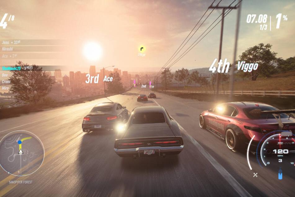 """Bei den Rennen in """"Need for Speed Heat"""" muss man sich auf Karosserie-Kontakt mit den Gegnern einstellen. Im Hintergrund ist die Skyline von Palm City zu sehen."""
