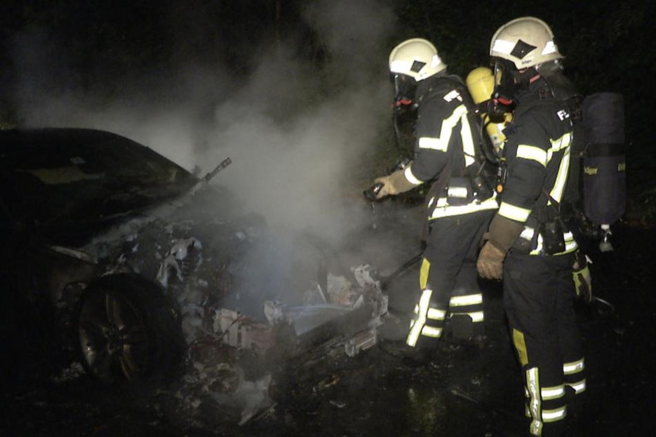 Die Feuerwehr konnte den brennenden Jaguar XKR Coupé schnell löschen.