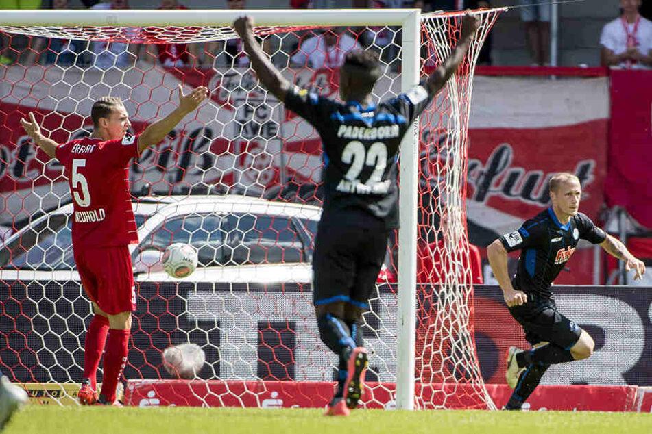 Der Torschütze zum 1:0, Sven Michel (r.), dreht ab, während Erfurts Florian Neuhold reklamiert.