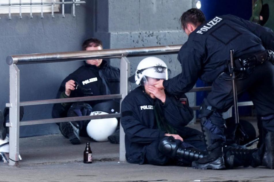 Erschöpfte Polizisten nach ihrem Dauereinsatz beim G20-Gipfel in Hamburg.