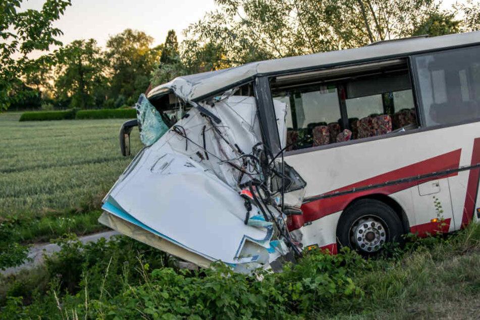 Der Reisebus stieß mit einem Rettungswagen zusammen.