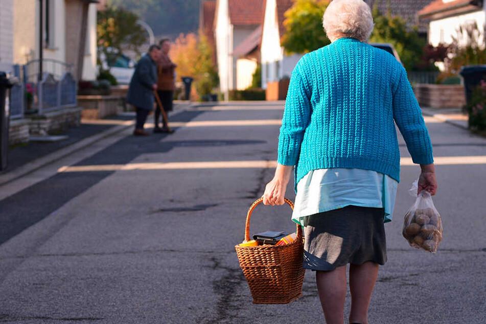 Eine Seniorin trägt ihren Einkauf nach Hause. Ein Laden im Dorf - das ist mehr als nur Nahversorgung. Besonders die älteren Semester wissen das Angebot zu schätzen.
