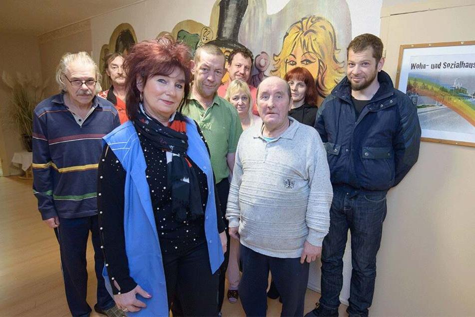 """Wollen unbedingt in ihrer vertrauten Umgebung bleiben: Heim-Leiterin Kerstin Täuber (58) und die Hausbewohner des Wohn- und Sozialheims """"Zum Regenbogen""""."""