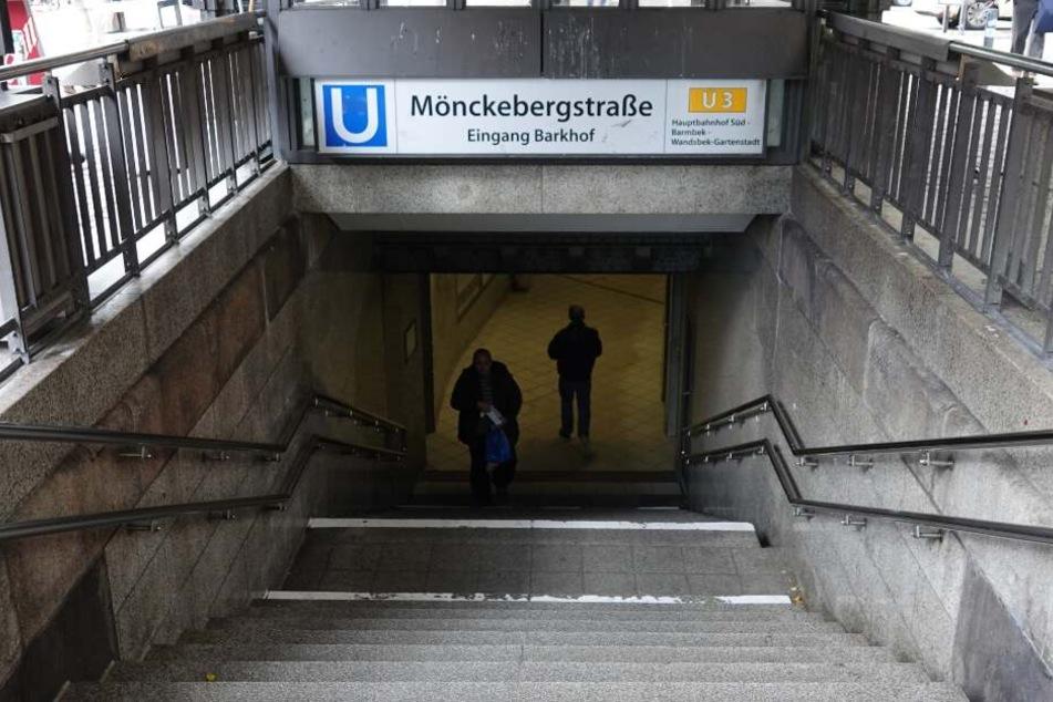 Die Zugangstreppe zur U3 an der U-Bahn-Haltestelle Mönckebergstraße in der Innenstadt.