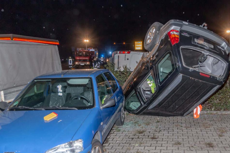 Auto kracht in Transporter und landet auf Werkstatt-Gelände