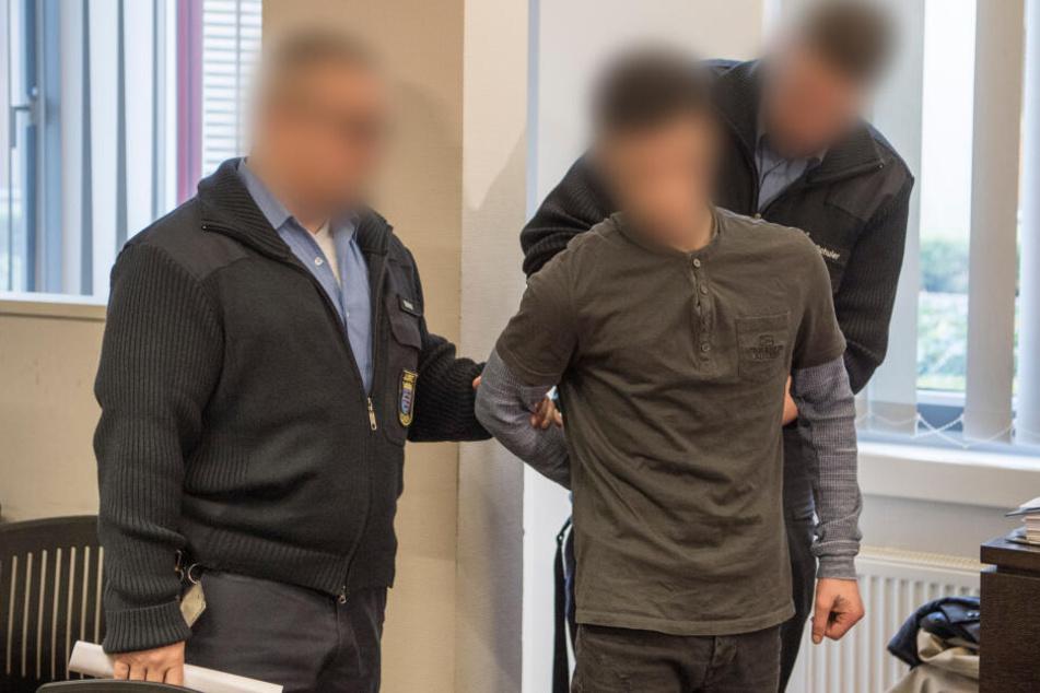 Ali Bashar (rechts) beim Prozess vor dem Landgericht in Wiesbaden.