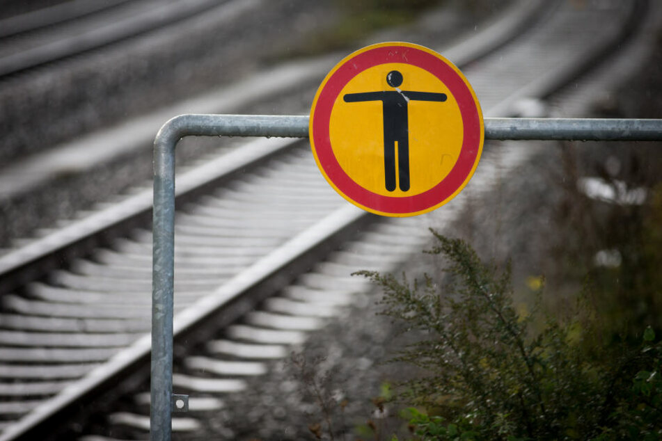 Der Mann und eine Begleiterin blieben auf den Gleisen liegen. (Symbolbild)