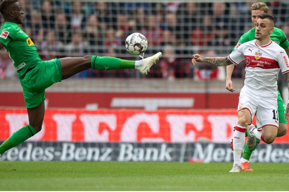 Gladbachs Denis Zakaria vor Stuttgarts Anastasios Donis am Ball.