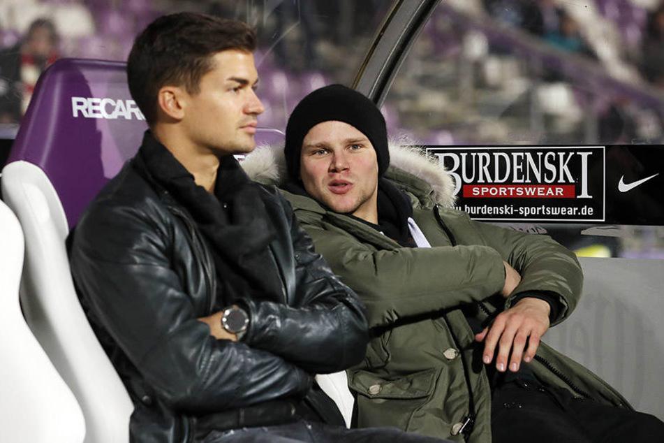 Julian Riedel (l., hier mit Sören Bertram) sitzt mittlerweile nur noch draußen ...