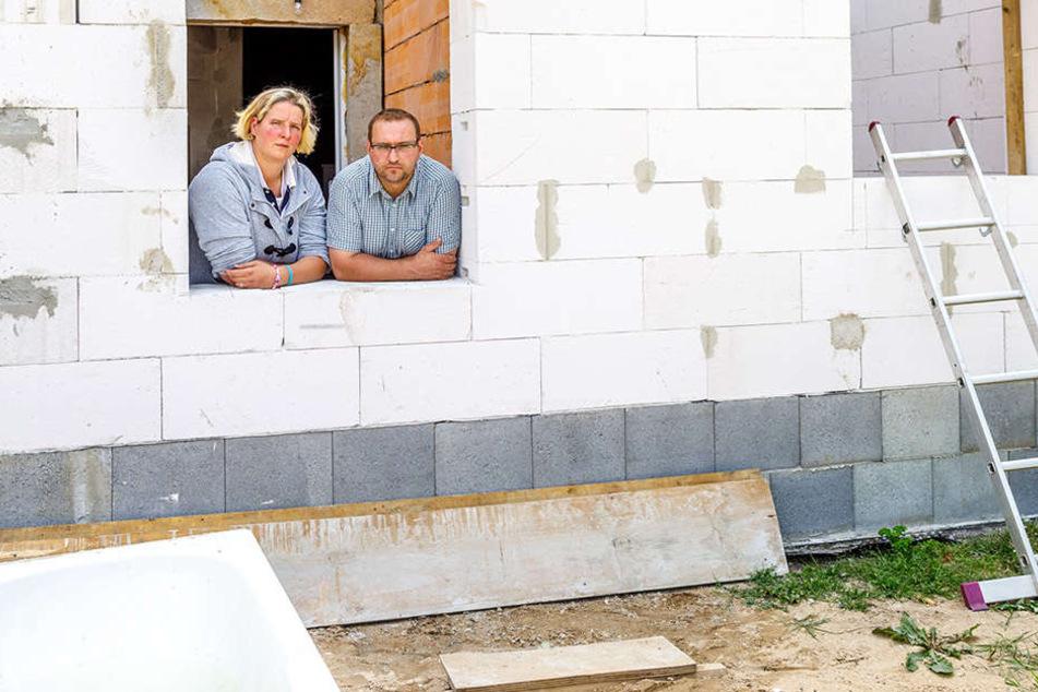 Mittlerweile stehen zwar die Außenwände, die hat aber eine neue Firma hoch gezogen. Susanne (36) und Thomas May (44) in ihrem unfertigen Anbau.