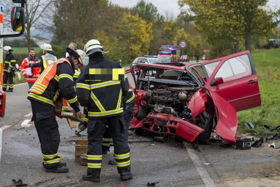 Die Feuerwehr musste eine der Fahrerinnen aus ihrem Auto befreien.