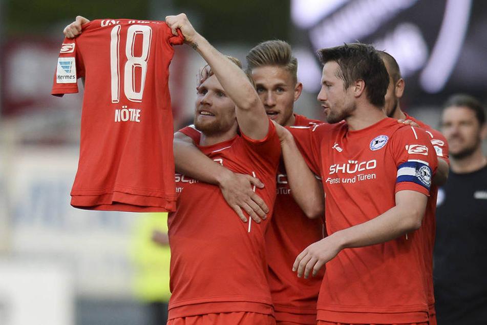 Beim Torjubel in Sandhausen dachte die Mannschaft auch an ihren verletzten Mitspieler.