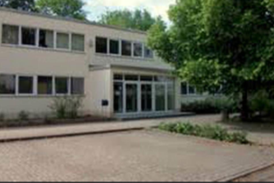Der Platz- und Lehrermangel spitzt sich zu: In der Rosa-Luxemburg-Grundschule in Halle (Saale) dürfen nur schlanke Kinder am Fenster sitzen.