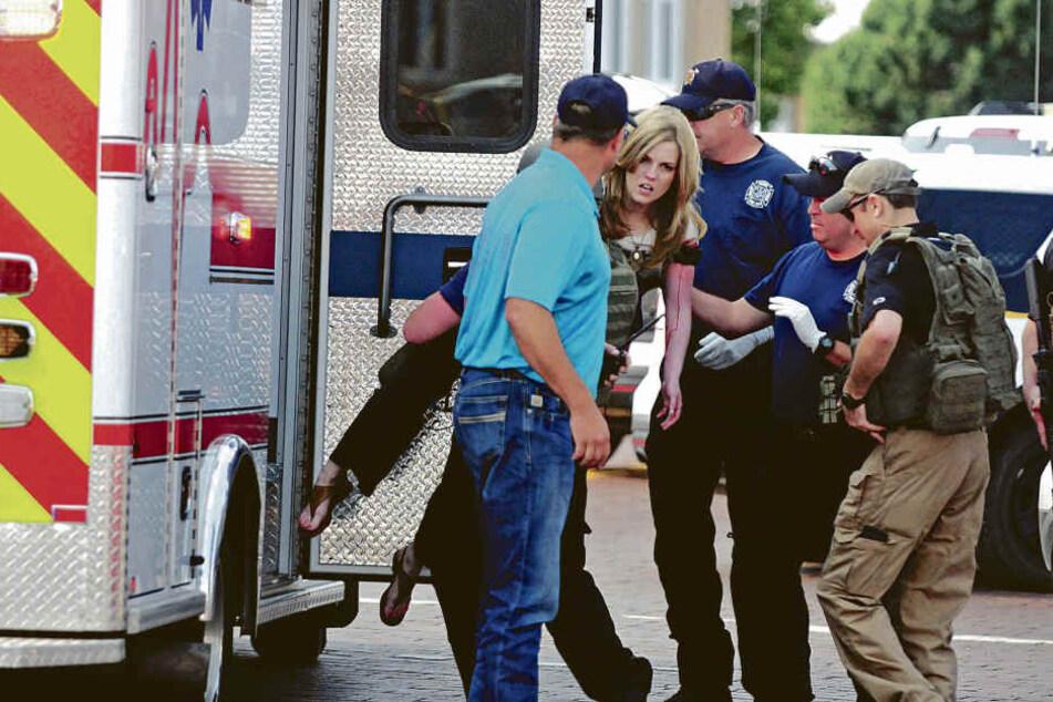 Eine verletzte Frau wird in Clovis von Rettungskräften in einen Krankenwagen getragen.