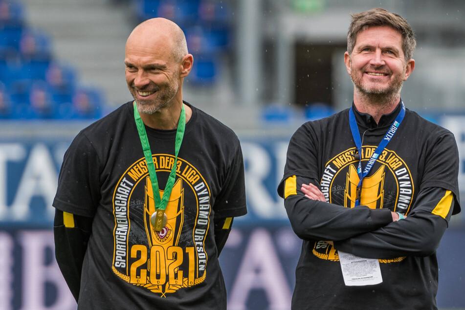 Strahlende Gesichter: Trainer Alexander Schmidt (52, l.) und Sportdirektor Ralf Becker (50) konnten mit Dynamo nicht nur den Aufstieg, sondern auch noch die Meisterschaft feiern.