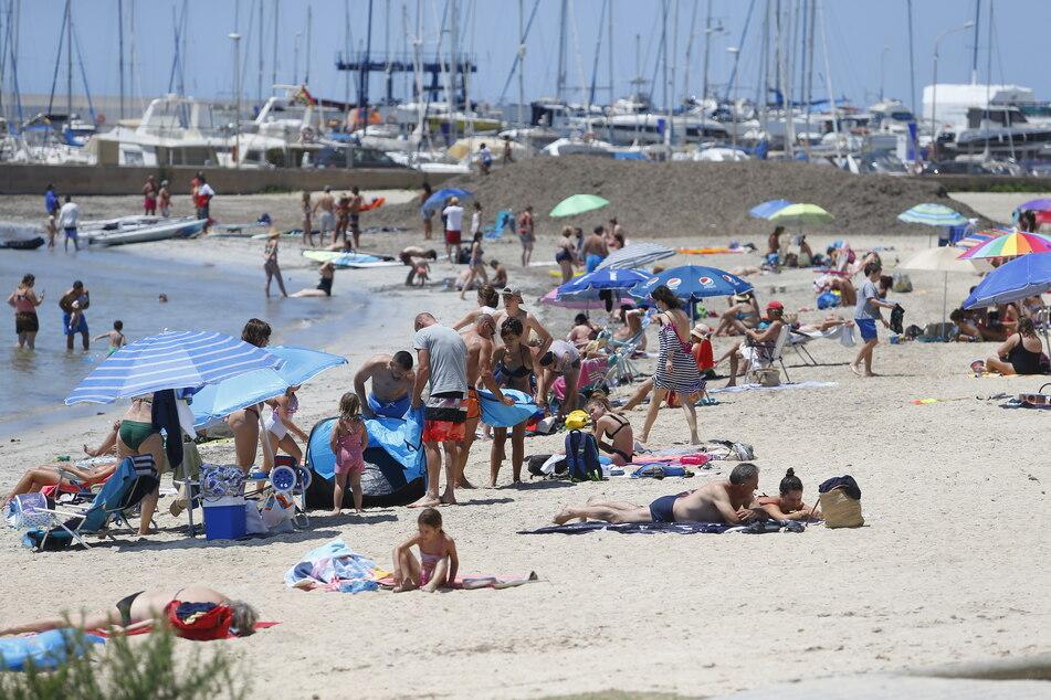 Menschen sonnen sich am Strand El Arenal auf Mallorca. (Archivbild)