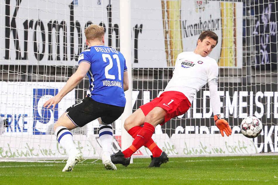 Parade bei Spiel in Bielefeld. Martin Männel (r.) lässt sich von Andreas Voglsammer nicht überlisten.