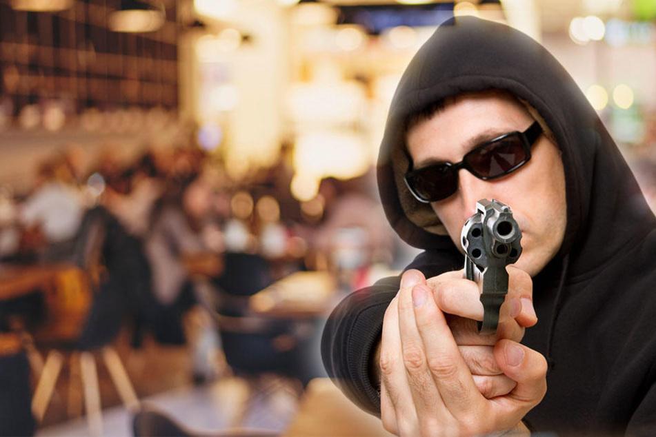 Die Polizei fahndet nach zwei bewaffneten Männern. (Symbolbild)