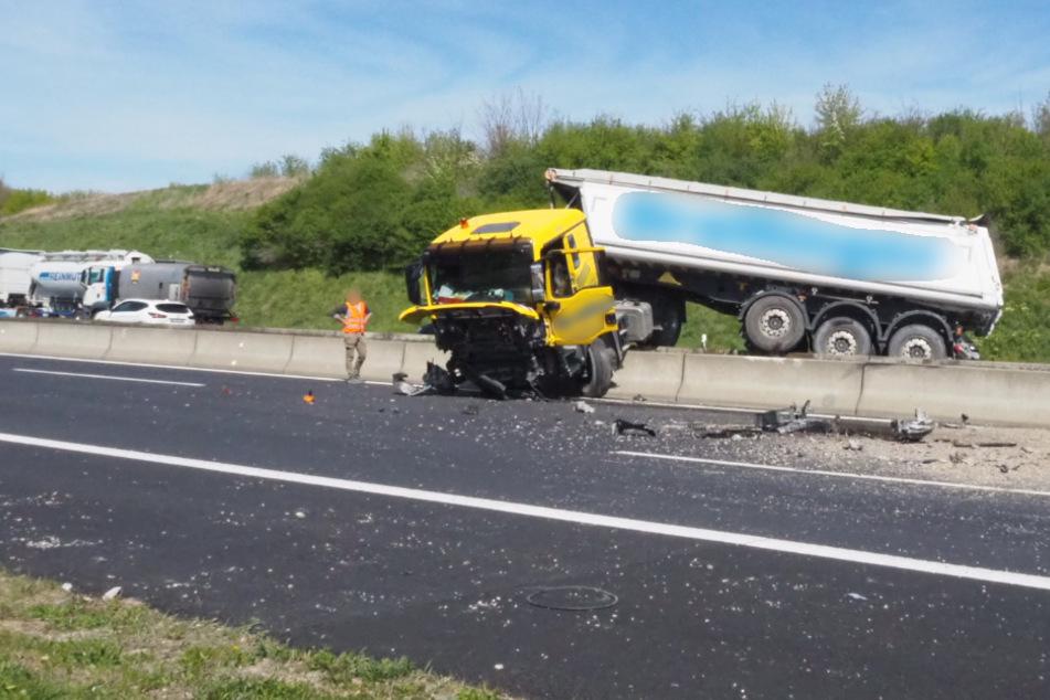 Lkw kracht durch Betonmauer: Autobahn nach Unfall teils gesperrt!