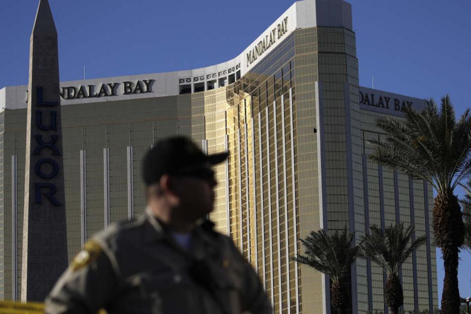 Auch zwei Tage nach dem Massenmord sind die kaputten Fenster der Suite im Hotel Mandala May zu sehen.