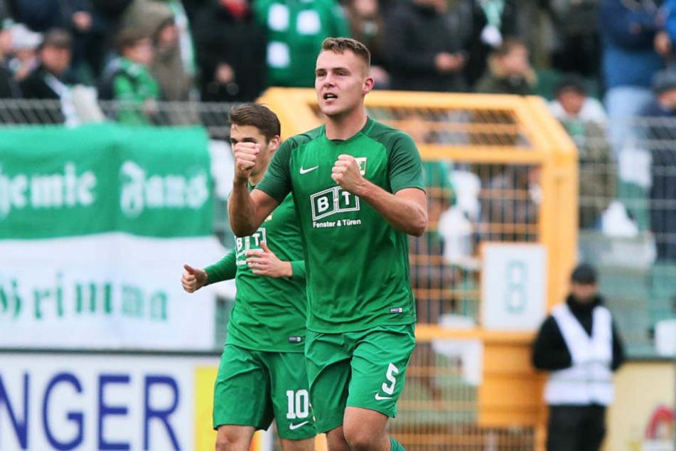 Tor für Chemie Leipzig. Sebastian Hey (5, Chemie) hat den Trffer zum 3:2 erzielt und jubelt.