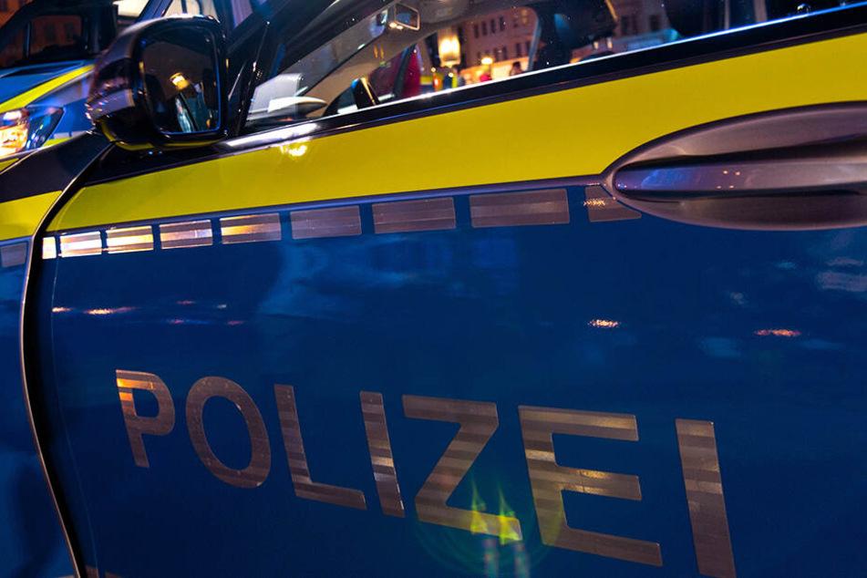 Unvermittelt und ohne ersichtlichen Grund hat ein Mann zwei Polizisten angegriffen. (Symbolbild).
