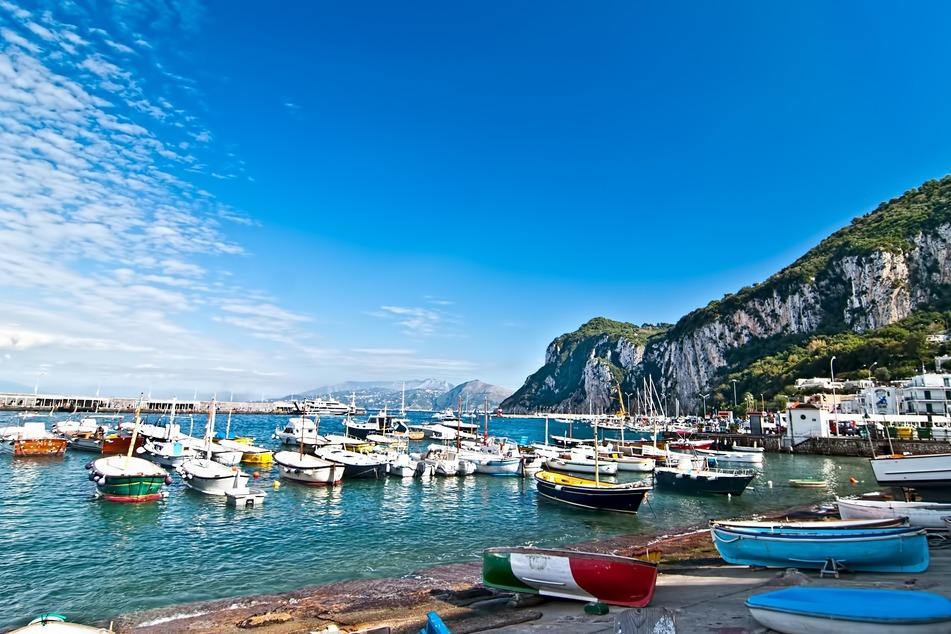 """Capri und andere italienische Inseln machten unlängst Schlagzeilen mit Vorschlägen, ihre Bevölkerung so rasch wie möglich durchzuimpfen und im touristischen Wettbewerb mit dem Label """"coronafrei"""" zu werben."""