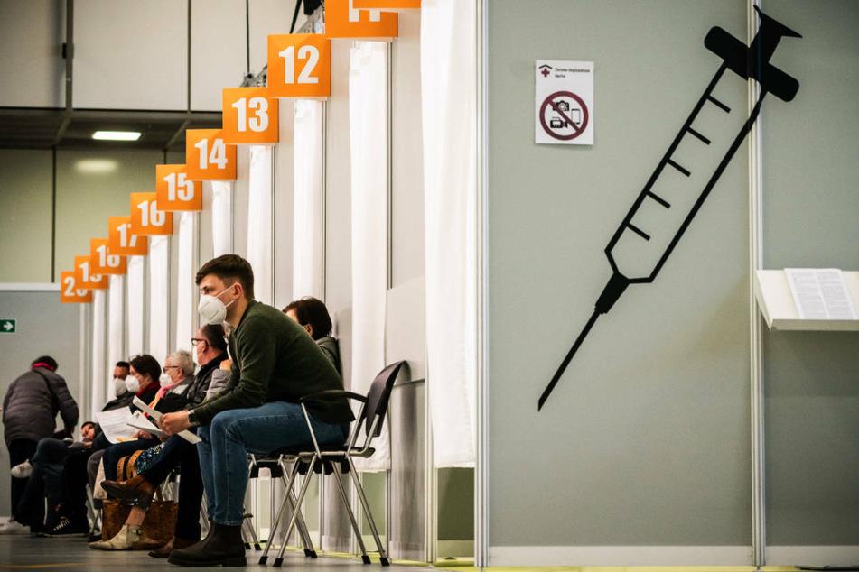 Menschen warten im Corona-Impfzentrum auf dem Messegelände auf ihre Impfung. Berlin verzeichnet nach längerer Zeit erstmals wieder eine leicht steigende Inzidenz innerhalb von sieben Tagen.