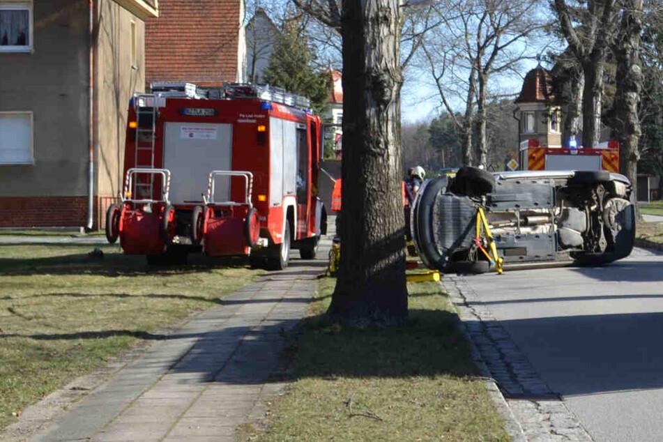 Skoda kommt von Straße ab und prallt gegen Baum: Fahrer (†79) stirbt noch an Unfallstelle