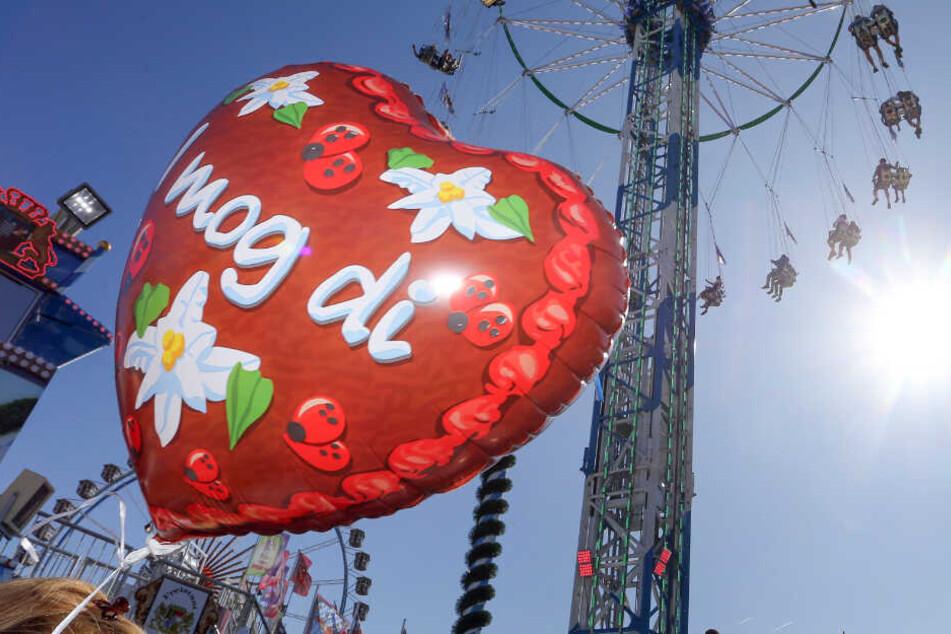 """""""I mog di"""", steht auf dem Luftballon. Jedes Jahr finden sich viele neue Paare auf dem Münchner Oktoberfest."""