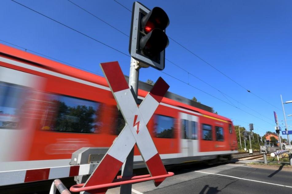 Todesfalle Bahnübergang: Zwei Männer von Zug erfasst und gestorben
