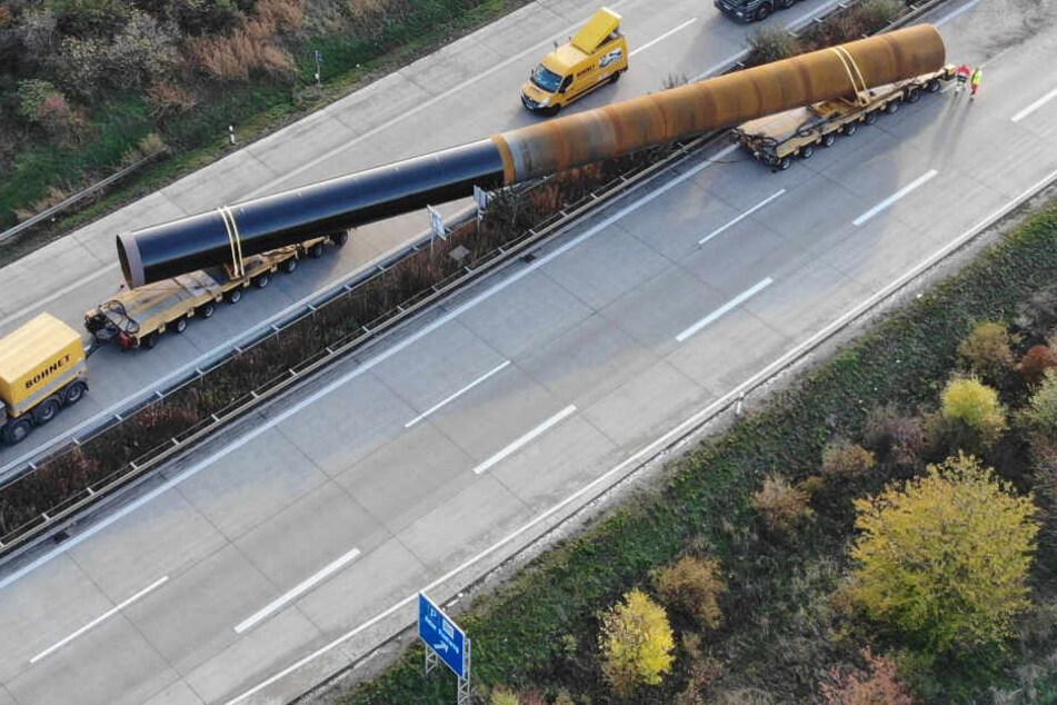 A14 stundenlang vollgesperrt! 195-Tonnen-Rohr rutscht von Schwertransport auf Gegenspur