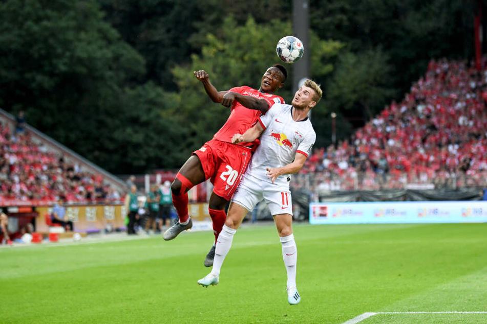 Unions Suleiman Abdullahi gewinnt ein Kopfball-Duell gegen Leipzigs Werner.