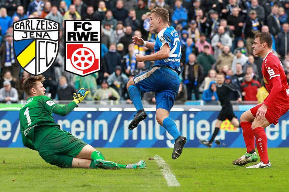 Der FC Carl Zeiss Jena überspringt die Hürde Rot-Weiß Erfurt. Julian Günther-Schmidt (Mitte) trifft zum 1:0. Erfurt schaut nur zu.
