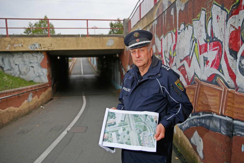 """Fordert Markierungen für Radwege: """"Bei Polizeikontrollen wurden unsere Beamten in Beinahe-Unfälle verwickelt"""",klagt Revierleiter Dieter Kabelitz (59)."""
