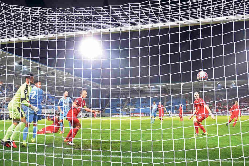 """Das """"Golden Goal"""": Dem Schuss von Tim Danneberg (4.v.l.) kann FSV-Keeper Johannes Brinkies (l.) nur hinterherschauen."""