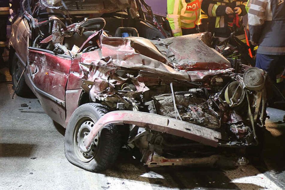 Der Opel war durch den Unfall völlig deformiert.