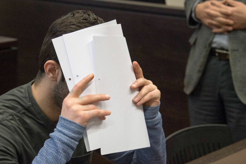Ali B. versteckt sein Gesicht im Gerichtssaal hinter Blättern.
