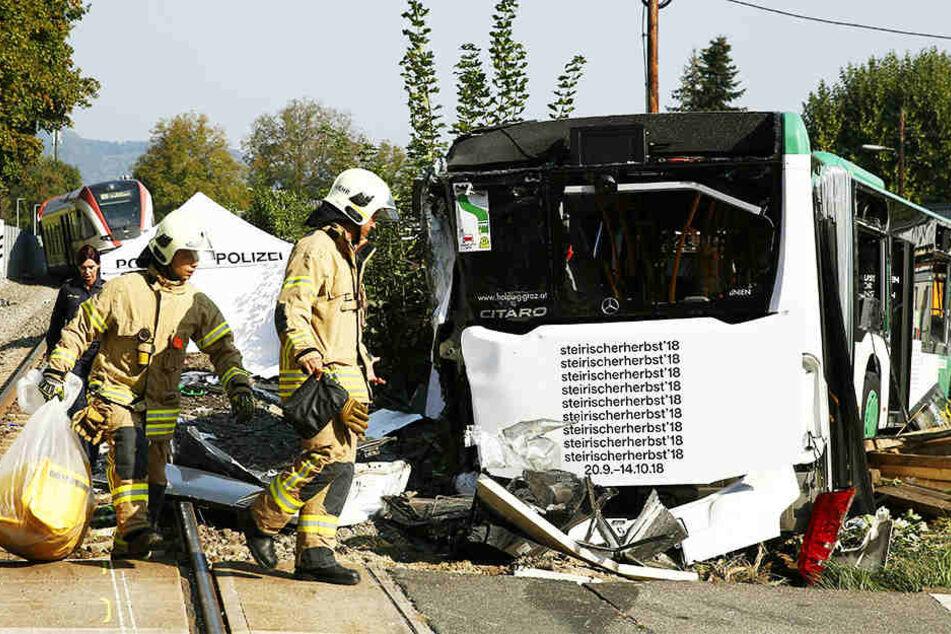 Zug kracht auf Bahnübergang gegen Bus: Eine Tote, mehrere Verletzte!