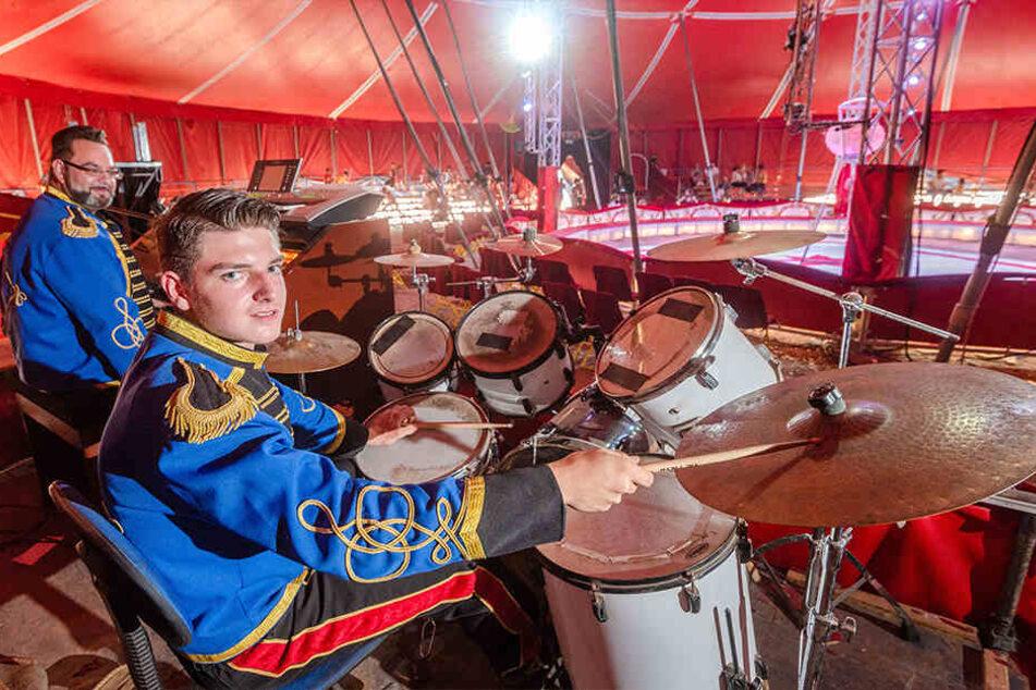 Schlagzeugakrobatik: Marlon Schmidt als Drummer in der Zirkuskapelle.