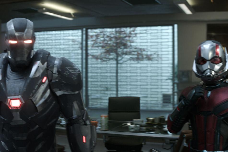 Don Cheadle (l) als War Machine und Paul Rudd als Ant Man in einer Szene des Films.