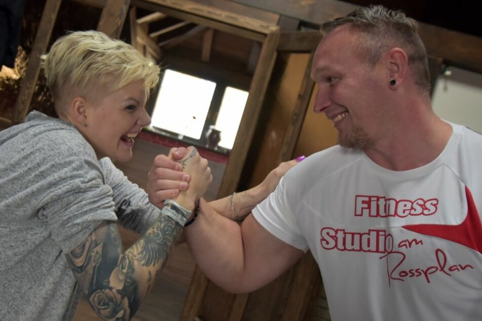 Wer hat mehr Kraft in den Armen? Melanie Müller (29) und ihr Personal Trainer Marco Lautenschläger (38) wollen es wissen.