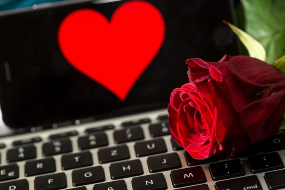 Viele Singles versuchen über das Internet die große Liebe zu finden. (Symbolbild)