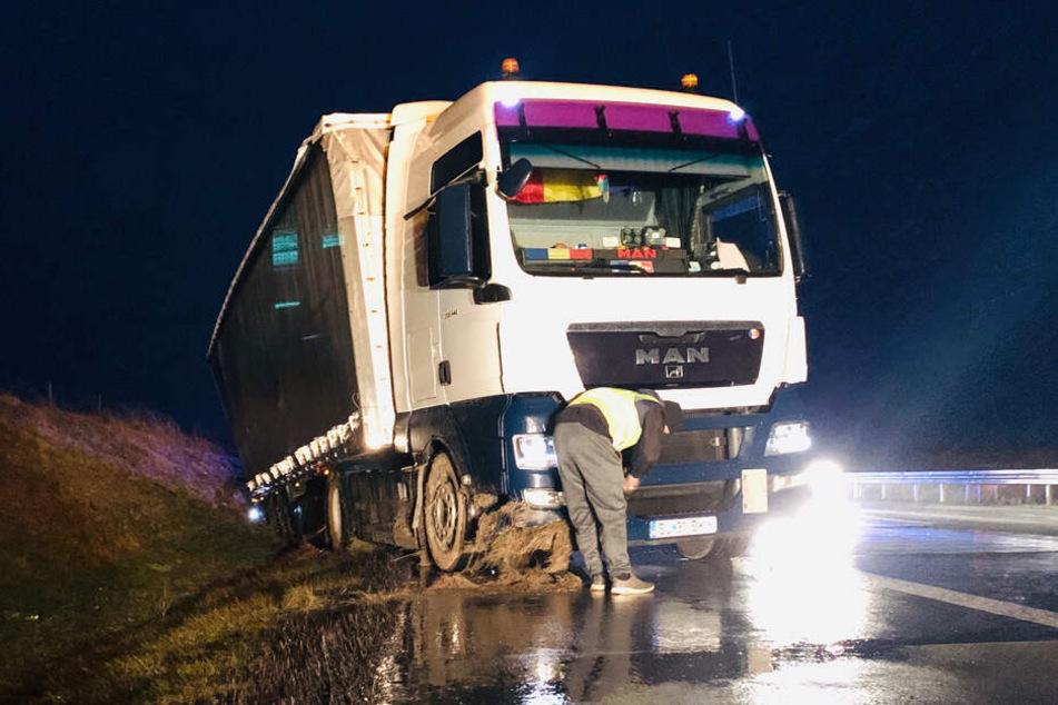 Der Lkw musste von einem Bergungsfahrzeug des ADAC aus dem Graben gezogen werden.