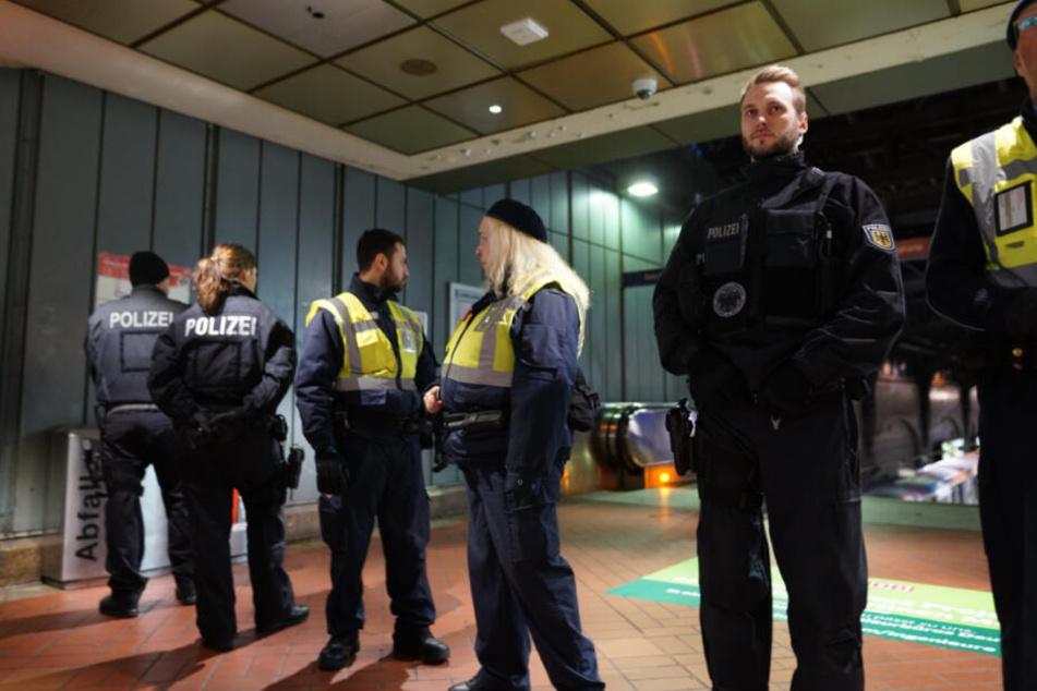 Polizisten sperren den betroffenen Bahnsteig am Hauptbahnhof ab.