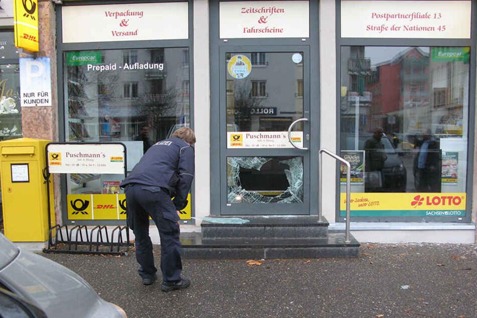 Mit einem Gullideckel warfen Einbrecher die Tür an der Postfiliale in der  Straße der Nationen ein. Sie erbeuteten Rubbellose.